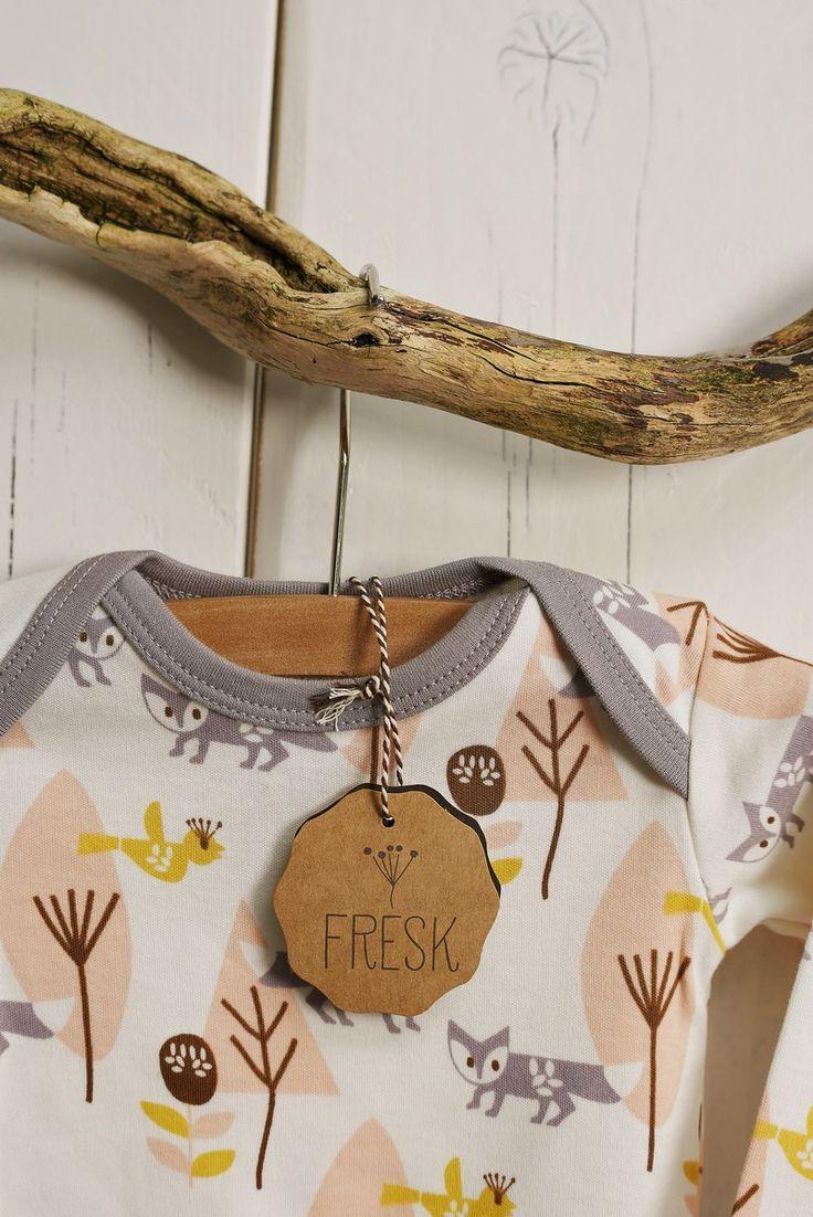 Pyjama/boxpakje van Fresk. Zacht roze met lieve vosjes en gemaakt van biologisch katoen. Super comfortabel en heerlijk zacht van stof.