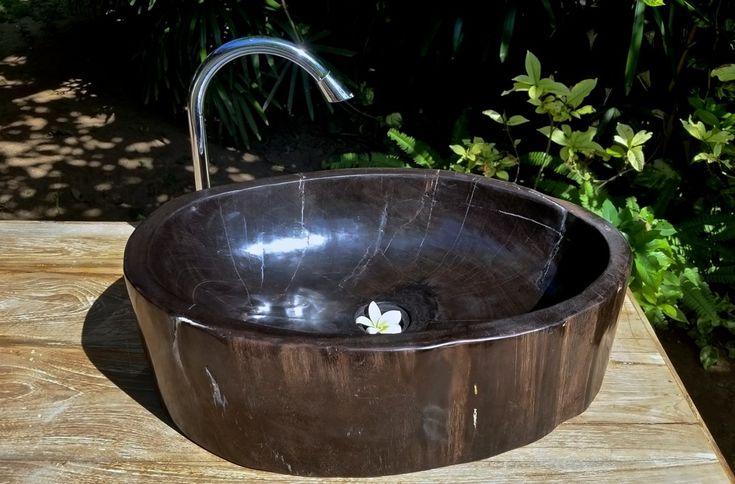 Раковина из окаменелого дерева, полированное окаменелое дерево с острова Бали, Индонезия. Petrified wood sink polished from Bali, Indonesia