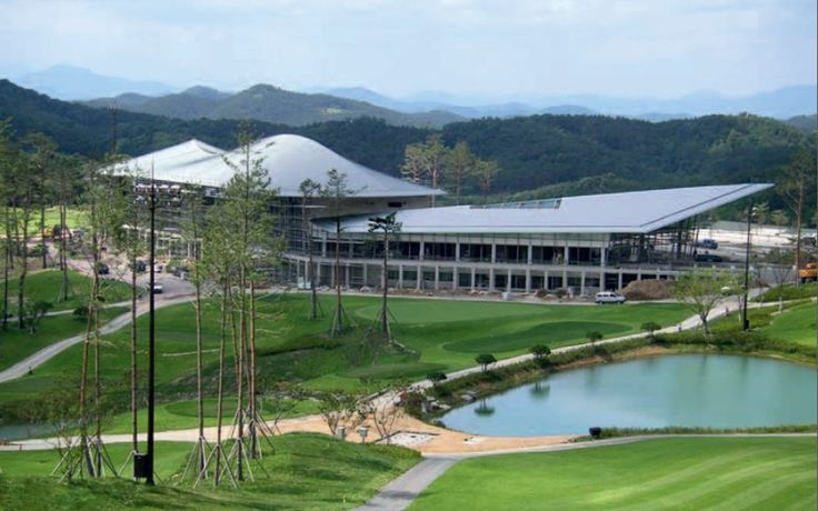 Donghoon Hilimaru Golf club house in Changnyoung (South Korea) by Kyeong Sik Yoon - KACI International, Copyright : Jongoh Kim #Architecture #SouthKorea #Project #GolfClub #QuartzZinc #StandingSeam #Zinc #VMZINC #Roof #Roofing