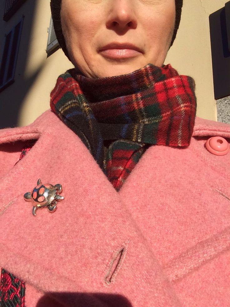 Punti di luce sui cappotti con spille vintage