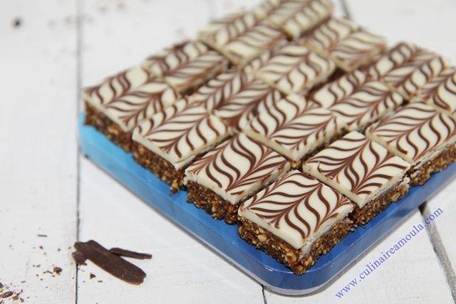 Nougat aux cacahuètes et aux dattes * Ingrédients: - 500 g de cacahuètes grillées et mixées - 250 g de pâte de dattes - 1 càc de cannelle - Miel de la fleur d'oranger - 300 g de chocolat blanc - 25 g de chocolat noir * Préparation: - Faire fondre les chocolats...