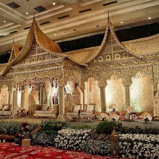 It's time to close the week and we're bringing you this bridal stage from #marfaangga's wedding! We are completely falling head over heels in love with the Minang incorporated decor that breathes a traditional nuance. All tied up in gold palette, this set truly spells opulence! Who loves this as much as we do? Tag a friend to share this #minangwedding inspiration!  Decoration by @meriah_decor Lighting by and via @uplightproject cc @reizasunardi