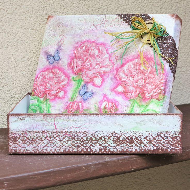 Pudełko z motywem kwiatów piwoni,wykonane techniką decoupage.
