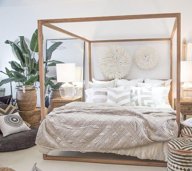 Une #décoration #boho #chic pour la #chambre #déco #lit #maison #appartement #baldaquin #beige #bois #blanc #plante #couleur http://www.m-habitat.fr/par-pieces/chambre/une-deco-de-chambre-boheme-4116_A