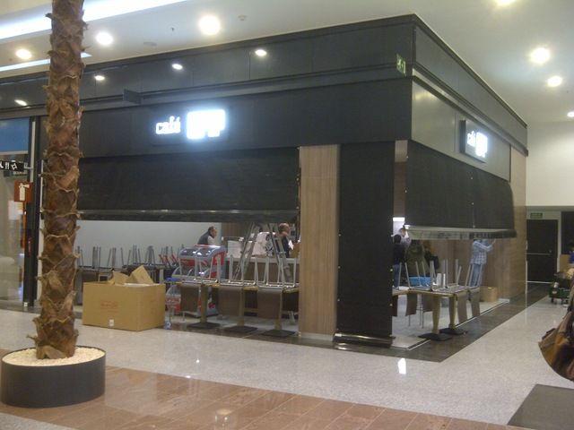 Caf lois ha optado por contar con tgm para cerrar su for Toldos para locales