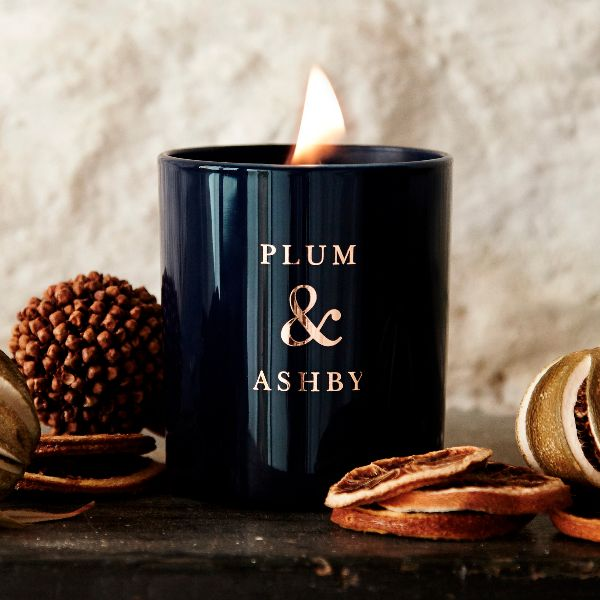 Plum & Ashby Christmas Scented Candle: Housed in glossy navy glass with festive gold branding, this new scent will tick all the boxes this Christmas. Enjoy the colder mornings and crisp evenings with a luxury scented candle boasting rich and divine scents.  Reminiscent of warm mulled wine and Christmas markets, with notes of roasted spices like cinnamon and clove, juicy oranges, ginger and black pepper.  Hand-poured by skilled craftsmen in the South of England.