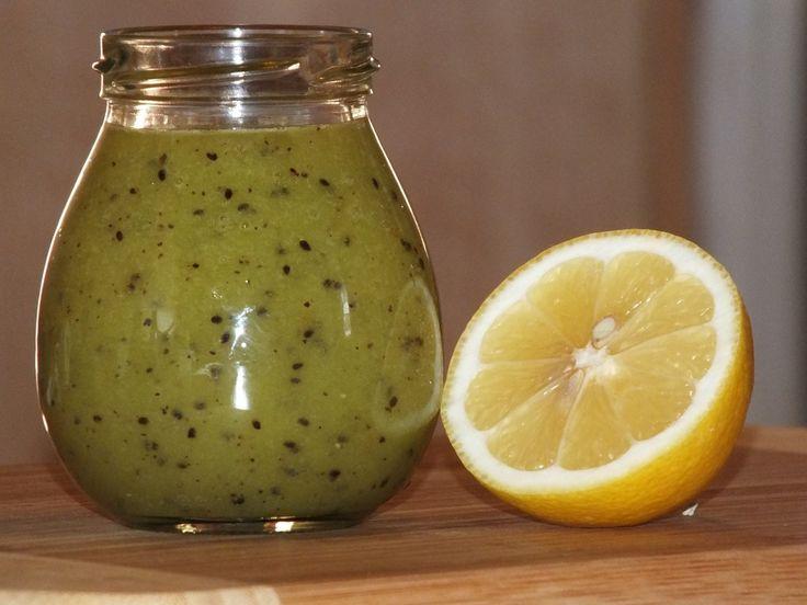 Łatwe, szybkie i niedrogie lekarstwo do zrobienia w zaciszu własnego domu. Zawiera sporo witaminy C, i dzięki takiemu połączeniu składników (kiwi + cytryna + miód) można się czuć bezpiecznym w zimie, żadne przeziębienie nam nie straszne ;) Dzieci chętnie się nim zajadają i nie chorują - sprawdzone! :) Przepis na lekarstwo z kiwi, cytryny i miodu.