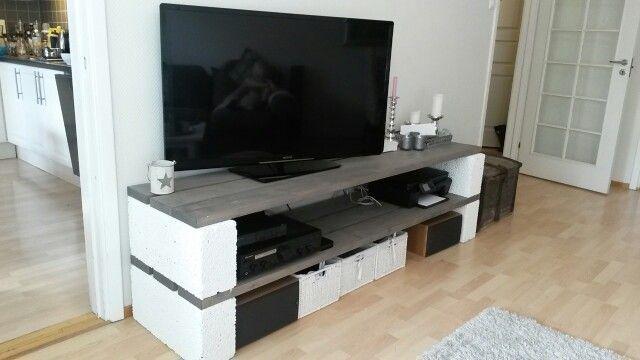 TV benk 4 stk Leca 15x25x50cm 6 bord 14,8x3,6cm x ønsket lengde på TV benken Hvit maling til Leca klossene Driv ved farge til treverket  Husker ikke hva det kostet. Men dyrt ble det ikke. Billigere enn om jeg skulle kjøpt en stor TV benk