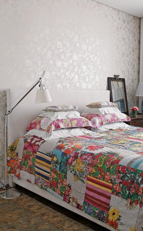 O fundo branco da cabeceira e do papel de parede, combinados aos móveis de madeira, permitem ousar nas estampas. A do papel (Miranda Green) combina com o floral da roupa de cama (Villa Nova). O quarto foi decorado pela designer de joias Brenda Vidal.