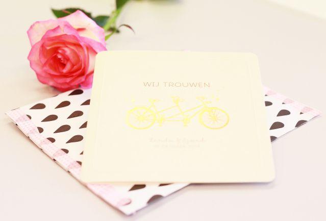 Spring maar achter op de fiets! #trouwkaart #trouwkaarten #rvsp #save #the #date #tekst #huwelijksuitnodiging #trouwen #bruiloft #inspiratie #wedding #invitation #stationery #inspiration | ThePerfectWedding.nl | Trouwkaart verkrijgbaar bij KaartopMaat.nl