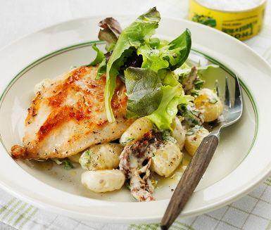 En komplett pastarätt med kyckling som serveras med en krämig sås. Den här rätten är matig och väldigt lättlagad. Såsen gör du genom att blanda tomater och basilika med crème fraiche och mjölk. Där gnocchin vänds ner och vips har du ett perfekt tillbehör till den saftiga kycklingen. Smaklig måltid!