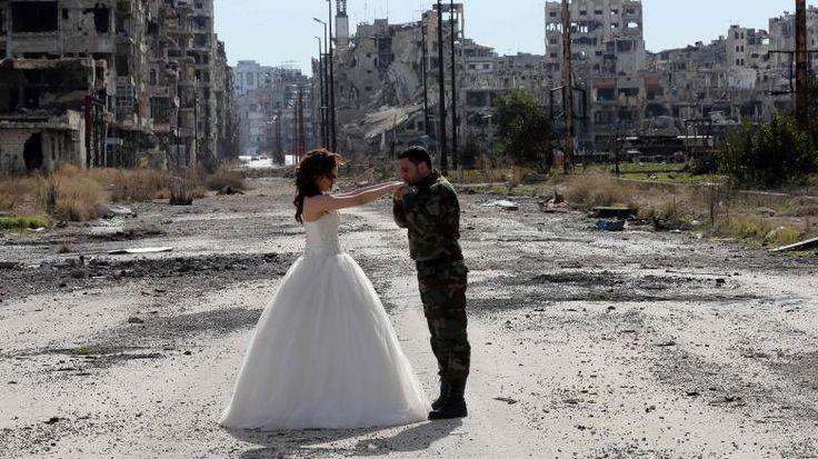 Cheerleader tanzen für den Papst, ein Seelöwenbaby bricht ins Luxusrestaurant ein und die zerstörte Stadt Homs als Hochzeitskulisse: Die Bilder der Woche, ausgewählt von unserer Fotoredaktion.