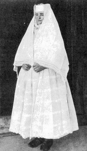 Mourning in white: Csokoly, Hugnary early 20th c.  4-17b.jpg 348×602 pixels