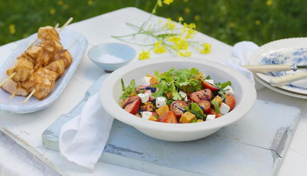 Denne salaten med søtpotet, jordbær og fetaost passer til alle typer fisk, særlig til laks og ørret. Et godt tips er å servere den til grillede laksespyd.