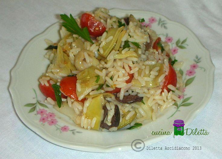 Man mano che il caldo aumenta diminuisce la voglia di cucinare e di mangiare. L' insalata di riso vegetariana (ricetta facile,veloce e fresca) è il piatto..