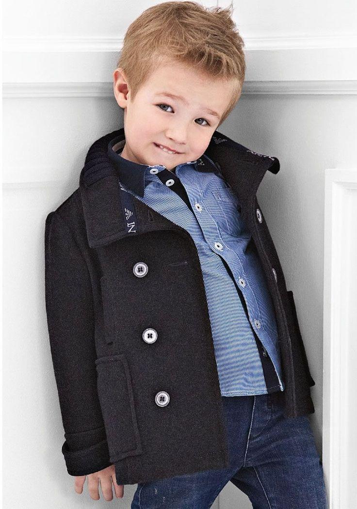 Классика всегда к лицу - короткое двубортное пальто черного цвета для мальчика.