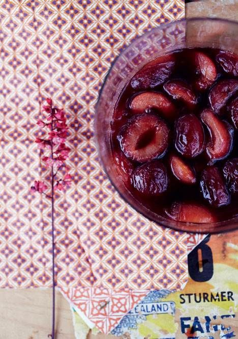 Blommer er nemme at dyrke, og en sød belønning venter i august og september, når træerne bugner af de solmodne frugter, der kan spises lige fra grenen eller blive til krydret chutney eller lækkert fyld i en kage.