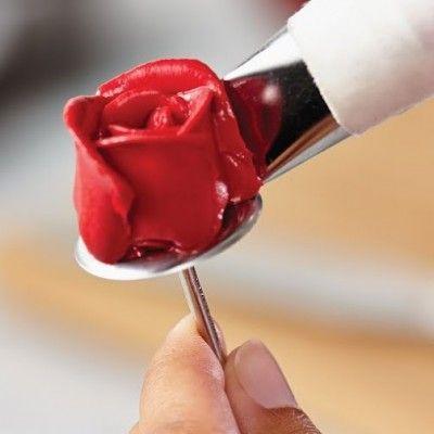 Nevíte, jak vytvořit krásné růže, které vidíte na fotkách svatebních a slavnostních dortů? Buddy Valastro z vám předvede, jak máslový krém zpracovat!