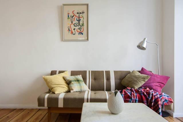 Schnes Gerumiges Wohnzimmer Mit Gestreifter Couch Und Bunten Kissen In Berlin Gesundbrunnen 1 Zimmerwohnung