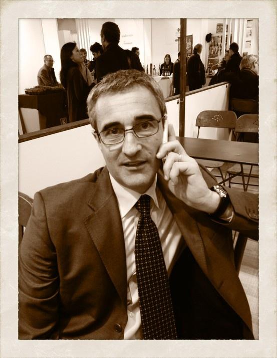"""Riccardo Felicetti.  Presidente dei Pastai italiani e co-proprietario del Pastificio Felicetti: un uomo di montagna, orgoglioso e un po' chiuso, legato alla famiglia e alle tradizioni del suo territorio.  Da sempre impegnato nel rispetto dell'arte pastaia, nella qualità produttiva e nell'etica sia ambientale che professionale.   Frase: """"Viviamo in un'epoca nella quale non è possibile prevedere, pianificare, strategizzare, budgettizzare.  Si può solo sperimentare""""  Kjell A. Nordstrom."""