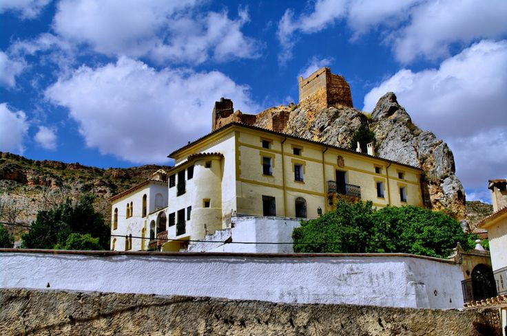 Palacio de Villel de Mesa .........A fines del siglo XIII, concretamente en 1299, la familia de los Funes, originaria de Navarra, y dueña a la sazón del castillo de Ariza, alcanzó la parte alta del valle del río Mesa, apoderándose sin problemas de todos lugares, torreones y fortalezas de esta zona tan estratégica.