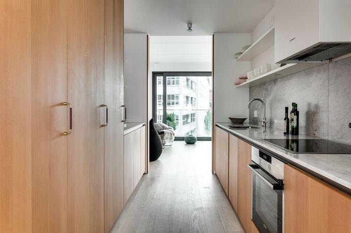 Modernt boende med stora sociala ytor och perfekt planerade kvadratmeter. Skjutbara fönsterpartier från golv till tak och gavelläge ger ett ljust och trivsamt boende. Genomgående påkostade materialval med inslag av marmor, trä och stål. Bostaden är en del av Oscar Properties, HG7 – Magasinet där ni som medlem har tillgång till en rad olika gemensamhetsutrymmen såsom lekrum, gym, spa samt relaxavdelning. Ett hem som måste upplevas.
