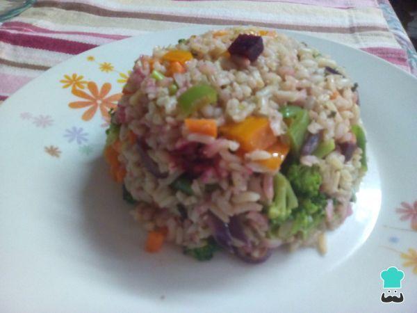 Aprende a preparar arroz integral con vegetales con esta rica y fácil receta. Hola amigos de RecetasGratis.net, ahora les traigo una receta que para mi es muy...