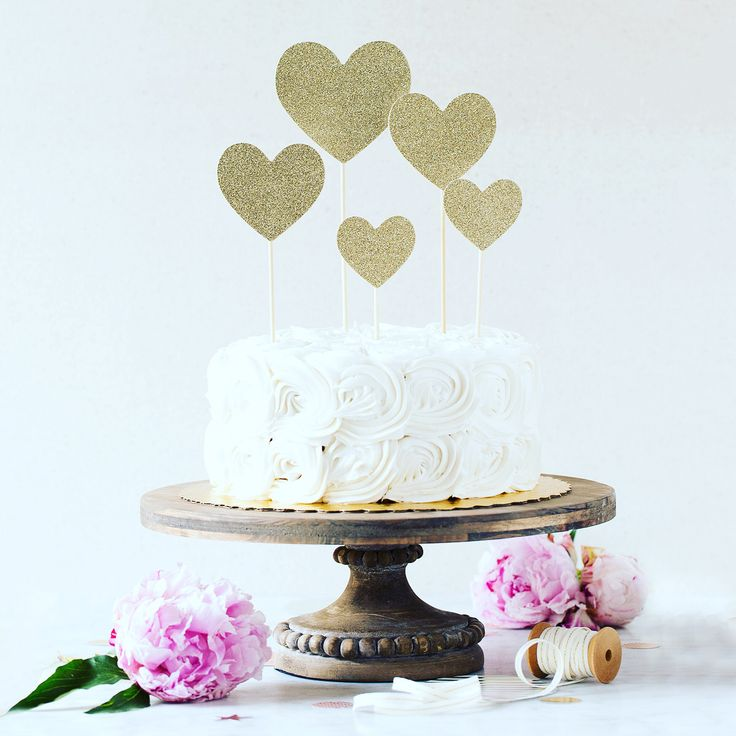 A set of beautiful gold sparkly cake toppers to highlight your cake 💕 Simply beautiful ✨ #partyshop #partyboutique #partydecor #smallbusinesslove #partyideas #cakeideas #caketopper #inspiration #lovecake #followme #localbusiness #yvr