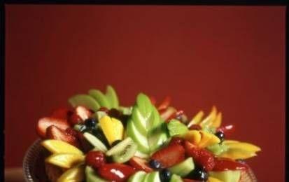 La crostata di frutta - Consigli di cucina per preparare la crostata di frutta, il tipico dolce italiano con una squisita e fragrante pasta frolla alla base e farcito con creme e frutta coloratissima di stagione.