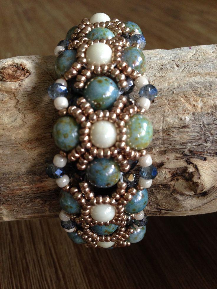 Mooie blauwkleurige armband met 8, 6 en 4 mm ronde kralen, tjechische facetkralen 4 mm en seed beads. Patroon is van Wescott Jewelry, Barcelona Bracelet. Made by JoMy Creations.
