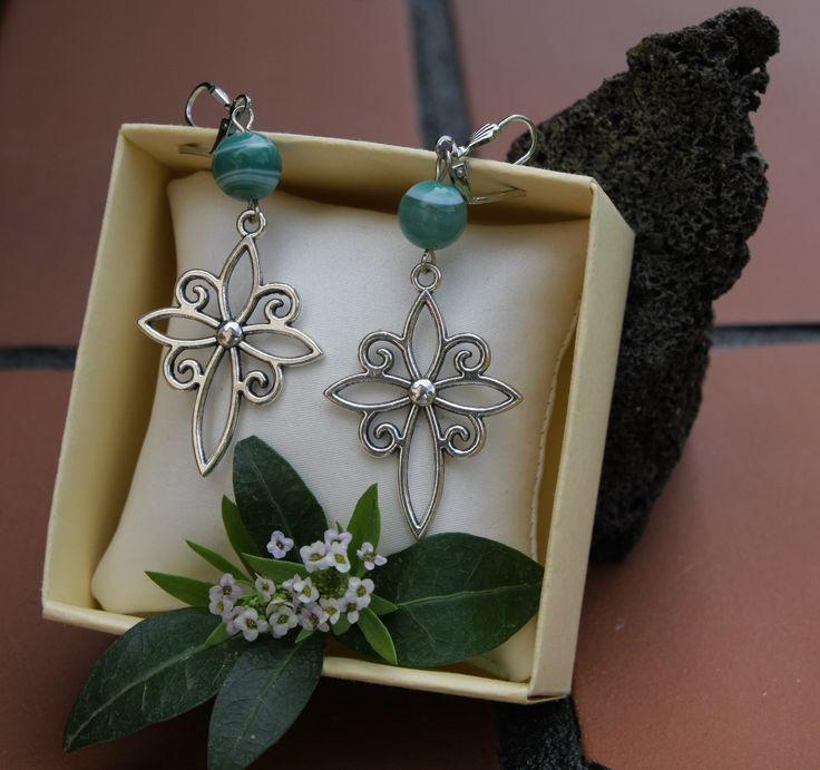 AGATA VERDE - Sfere di agata verde e pendenti acquistati in un piccolo negozietto di Iasi, in Romania. Un gioiello in ricordo di una bellissima esperienza e di un lungo viaggio.