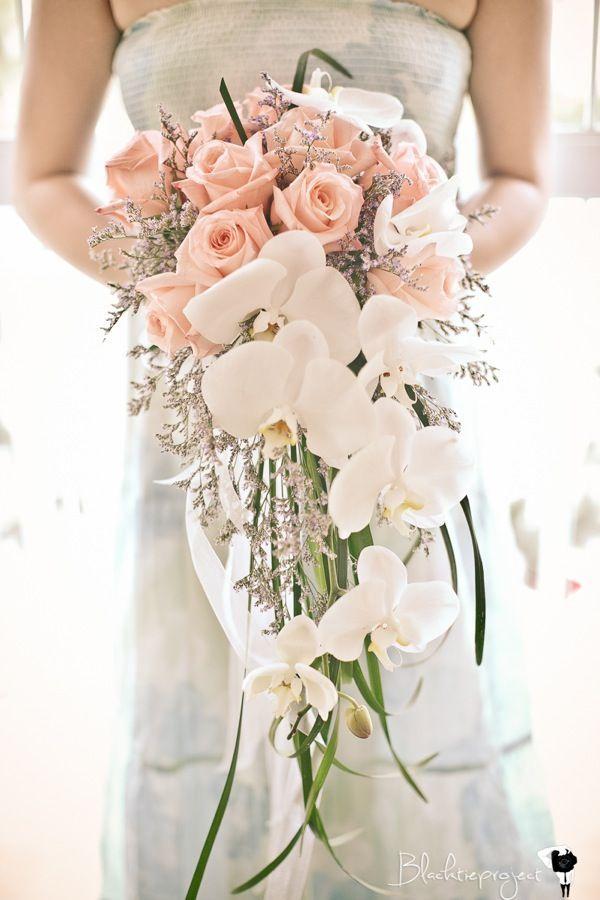 buquê cascata com rosas chá e orquídeas brancas