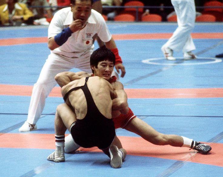 Mitch Kawasaki du Canada (rouge) participe à la lutte aux Jeux olympiques de Montréal de 1976. (Photo PC/AOC)