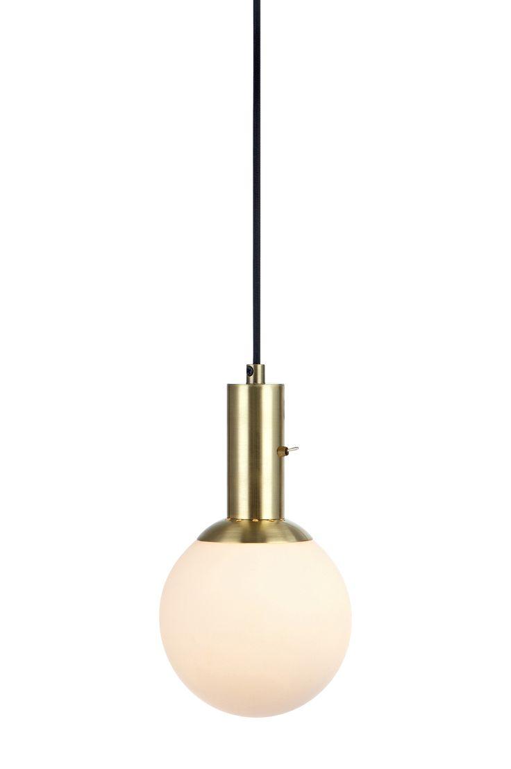 Minna fönsterlampa från Markslöjd i mässing och med glasskärm. 3,5m sladd med krokupphäng och inbyggd strömbrytare. Liten lamphållare (E14). Max 40W glödlampa eller motsvarande styrka i halogen, lågenergi eller LED. Ljuskälla medföljer ej. Bredd (cm) 15 Höjd (cm) 26 Djup (cm) 15 Effekt (W) 40W Sockel E14