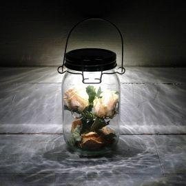 Consol solar jar! ;Handmade with love in South Africa.Het principe van deze solarlamp is simpel en absoluut geniaal: Het glas slaat de energie overdag op en geeft dit dan 's nachts terug in de vorm van licht. Deze manier van lichtproductie is duurzaam, biedt een makkelijke manier om milieubewust te leven en u heeft gewoon langdurig plezier aan dit Consol Solar Jar.Deze lamp is voorzien van led lampjes die via zonnecellen in de deksel wordt opgeladen.