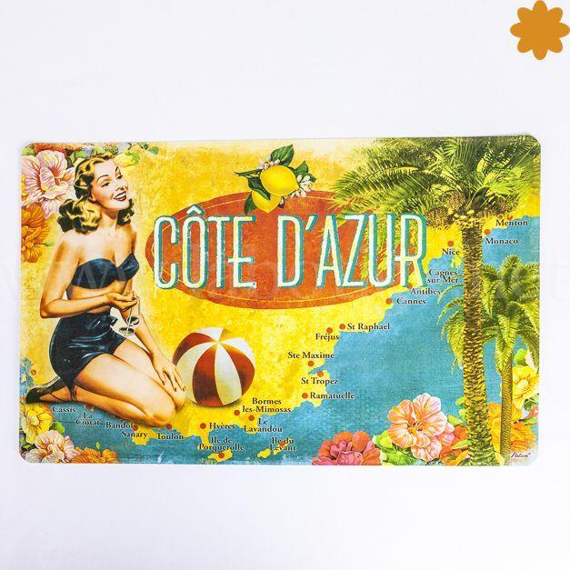 """Mantel Individual <strong>Côte d'Azur</strong> Chica, Mapa, balón de playa y palmeras.<strong>Aquí tienes esta colección demanteles <em>""""Côte d'Azur """"</em></strong><em></em>Con todos los tópicos del verano en el sur de la costa francesa y con excelentes dosis de humor y sol. Este mantel esta decorado con<strong>una chica de rodillas sobre un fondo que es un mapa</strong>Se vende por un..."""