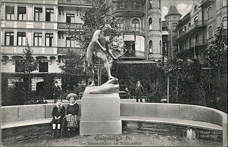 Кёнигсберг. Скульптура лучника на берегу Замкового пруда. Фото около 1910 года.