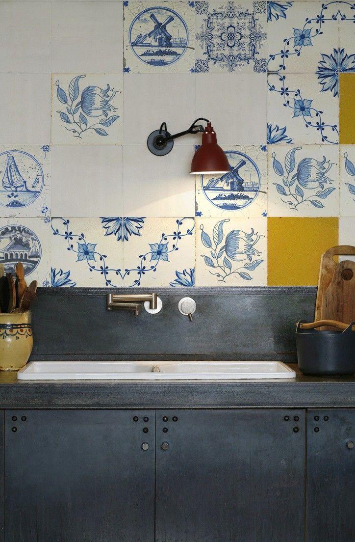 Dit behang speciaal voor de keukenachterwand van Kitchenwalls heeft hele mooie details - de oude Delftsblauwe tegels worden gecombineerd met enkele goudgele tegels, prachtig! Price €125,00