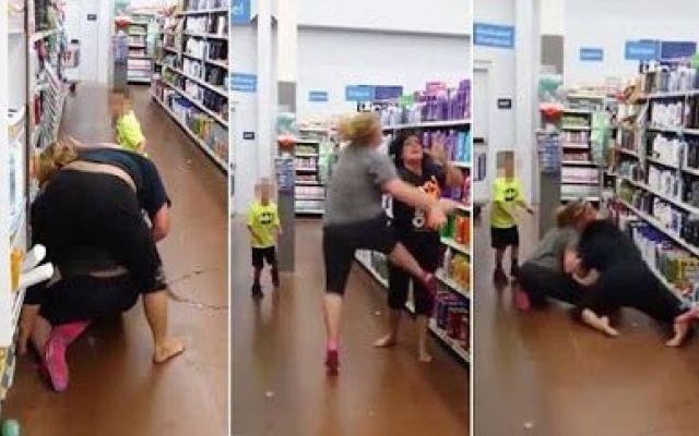 Mamma con figlio di 6 anni picchia in supermercato come fosse al Wrestling un'altra donna Incredibile episodio di violenza dove una donna d'improvviso attacca un'altra, e insieme al figlio piccolo, con gesti e azioni di violenza inaudita la lasciano tramortita al suolo, continuando a colp #wrestling #donna #mamma #violenza