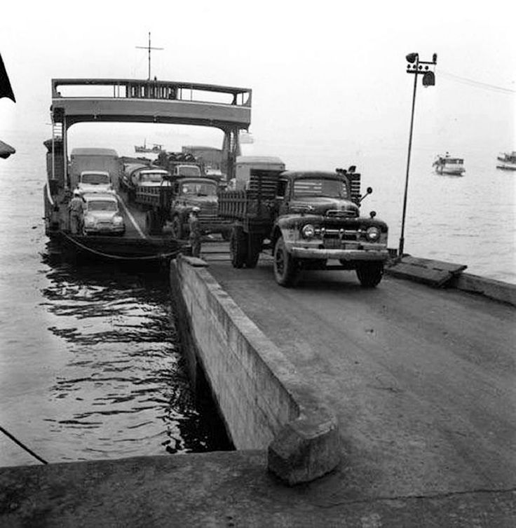 Quando não tinha a ponte Rio Niterói, o jeito era a balsa. Foto: Anos 60.  https://www.facebook.com/Guarantiga/photos/a.490233921007939.115673.490210317676966/1012297812134878/?type=1&theater