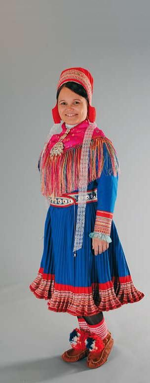 The costumes of Enontekiö (Eanodat) are basically the same as in Kautokeino (Guovdageaidnu)