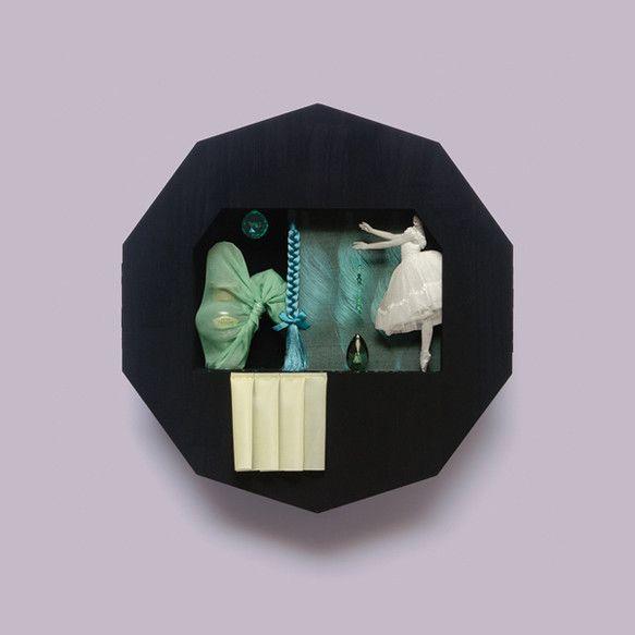 「霧とリボン」主宰、ミストレス・ノールのオブジェ作品《宝石の遺香──エメラルド》(2011年)です。ジョージ・バランシン振付のバレエ《ジュエルズ》の舞台から夢...|ハンドメイド、手作り、手仕事品の通販・販売・購入ならCreema。
