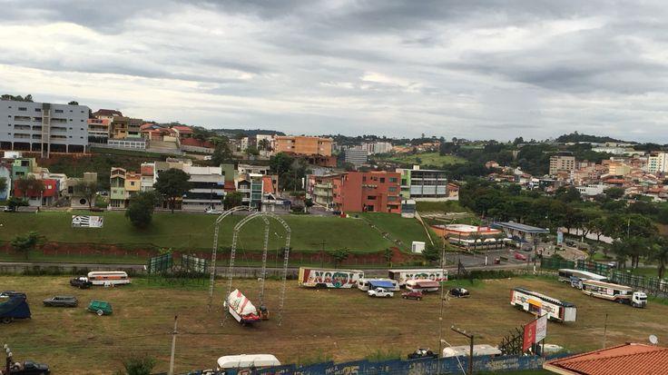 Êba, chegou o circo na cidade.