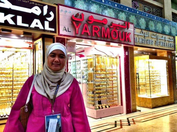 Mb Doris foto di depan Toko Emas,, :D