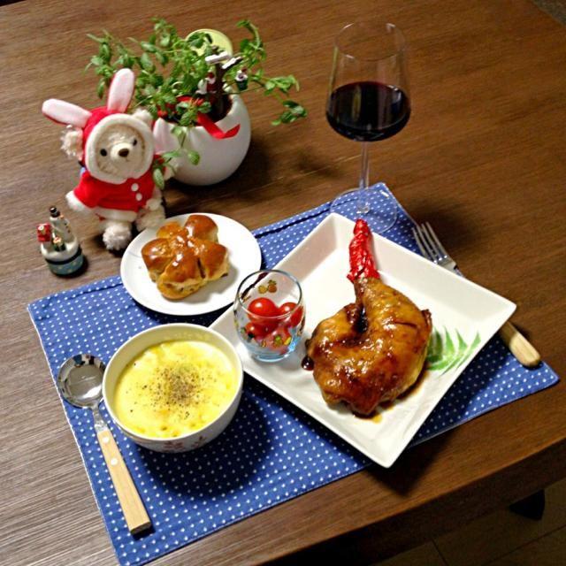 ローストチキンをがぶりっ!う〜ん、美味しっ! (^○^) - 11件のもぐもぐ - ローストチキン、マカロニとコーンのスープ、ミニトマト、くるみパン、赤ワイン by pentarou