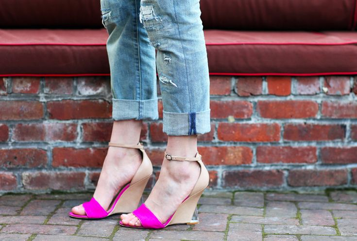 Two-tone wedge shoes.  Love the contrast with the rolled-up weathered jeans.  Participating in the 80s trend but still modern.