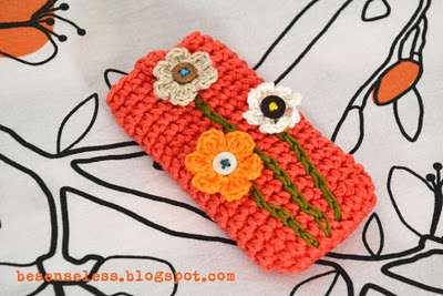 crochet phone case..... love the colors....blogs not in English but this is good inspiration