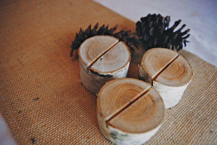 porte-cartes de table en rondelles de bouleau sur un chemin de table en toile de jute