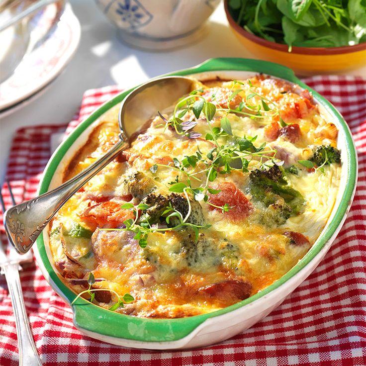 Slanta korven, förväll broccolin, hacka grönsakerna, häll äggstanning över och skjuts in i ugnen! Godaste gratängen på enklaste sätt!