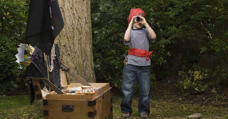 Como fazer um telescópio de pirata. Vá para os mares com uma ferramenta de pirata divertida. Um telescópio de pirata é um artesanato infantil simples que usa materiais que você provavelmente já tem. Esse projeto funciona bem em casa como uma atividade de dia chuvoso ou na sala de aula para acompanhar uma aula de piratas. O produto resultante dá às crianças um adereço para fingir ...